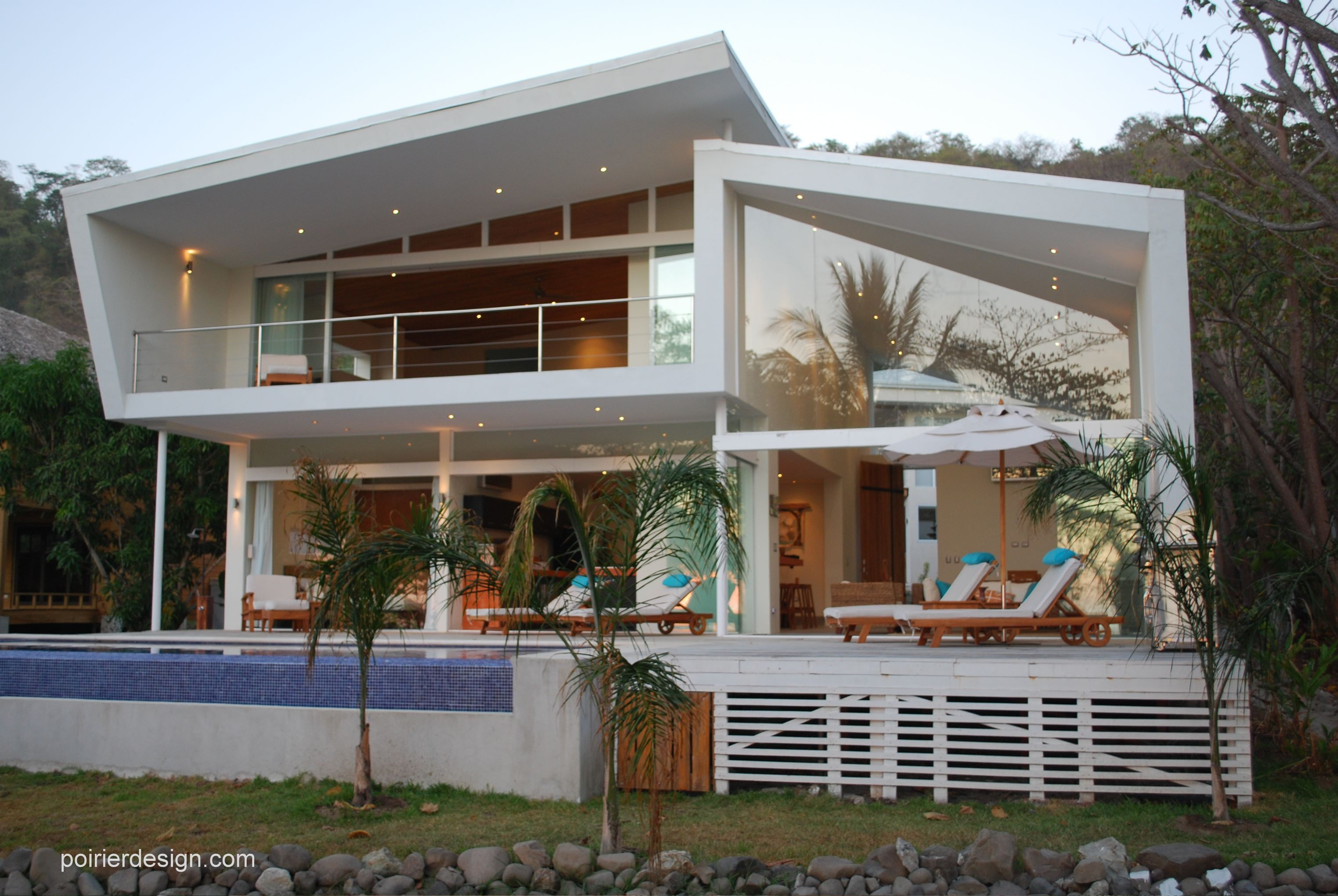 Poirier design the white house of costa rica for Beach architecture design